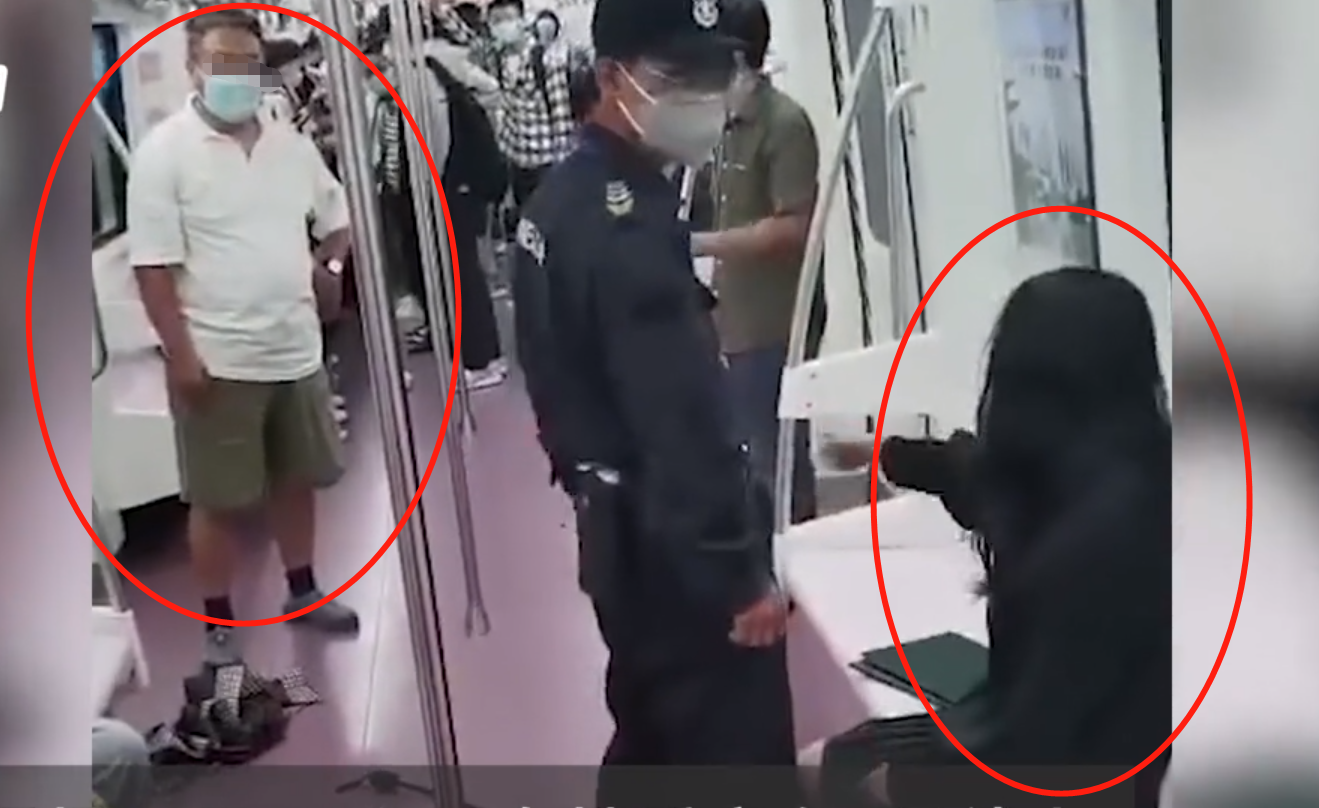 西安地铁女子遭保安强行拖拽,高喊救命外衣脱落,网友:保安拉偏架