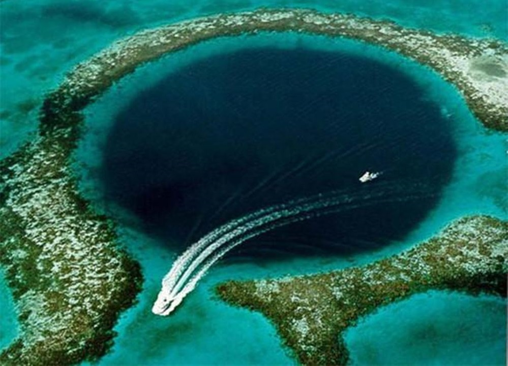 """加勒比海灯塔暗礁中的""""大蓝洞"""",是一个形成于冰期的石灰岩溶洞"""