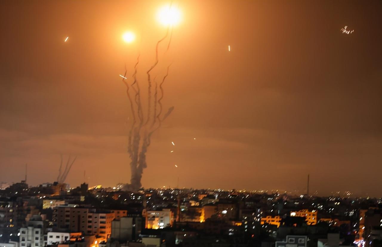 巴以衝突現場:150枚火箭彈沖天咆哮,黑夜亮如白天,爆炸聲整夜迴響