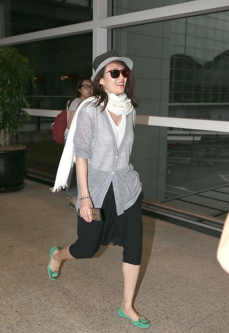 """章子怡真会穿,""""黑白灰""""三色都搭配得好时髦,减龄又年轻有活力"""