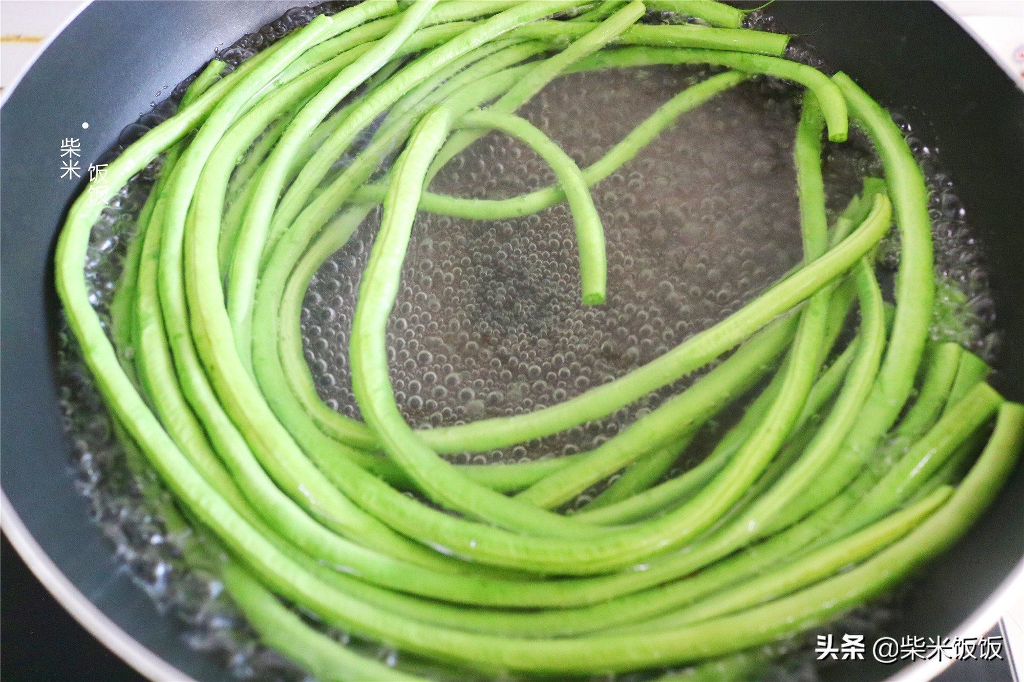 夏季蒸包子,這個餡的要試試,比韭菜更鮮美,個個飽滿不塌陷