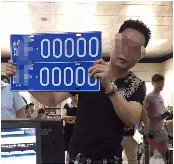 男子摇到888车牌,车管所回应机器故障,车牌被收回