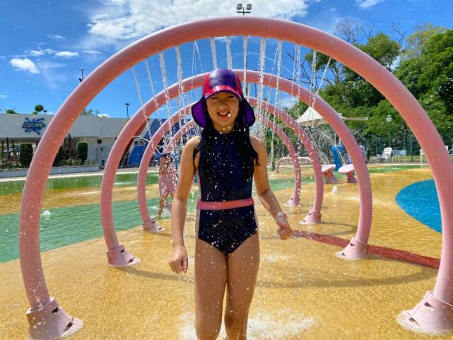 吳尊帶兒女玩水,Neinei穿泳裝展長腿,max秀高難度倒立