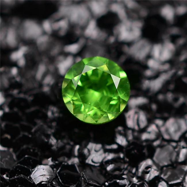 有瑕疵更走俏的宝石——翠榴石