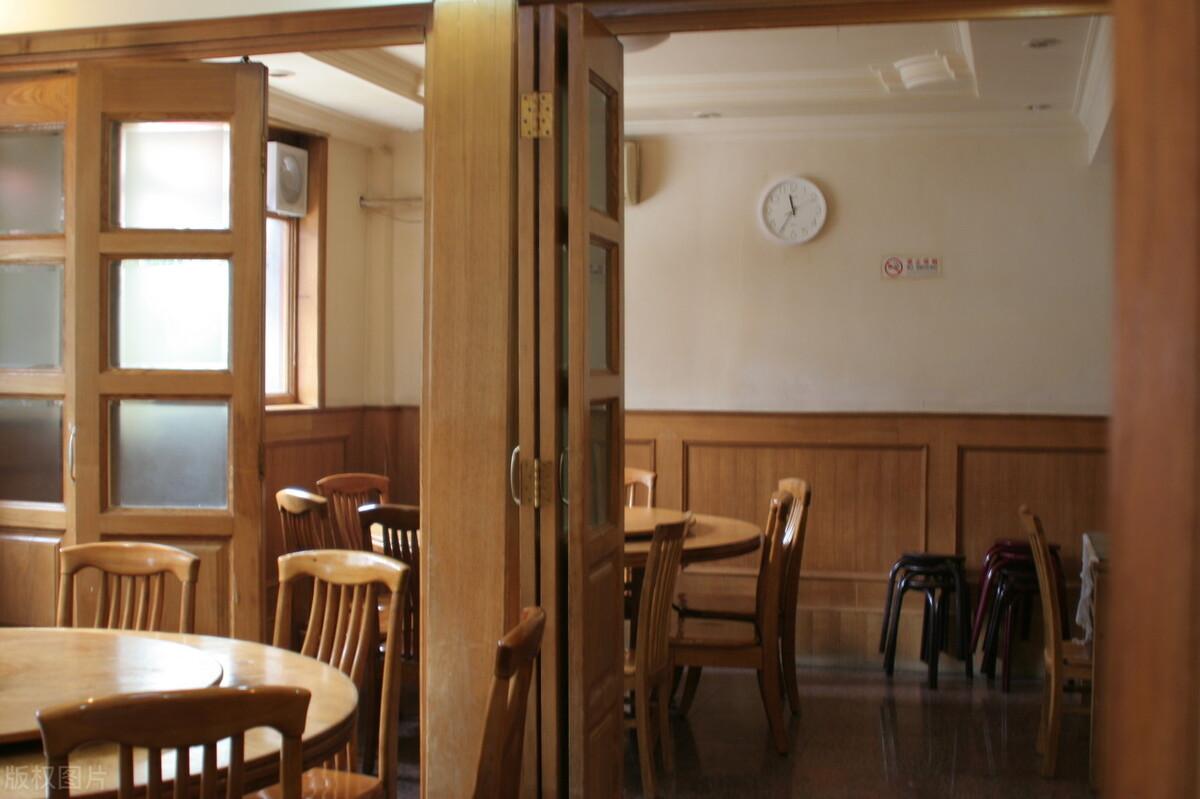 重庆老板开饭馆,一盘菜只要3块5,一个月反而到手20万,有策略