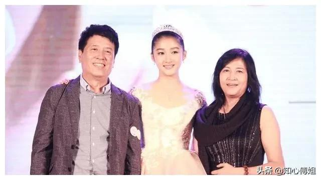 郑爽和关晓彤的家庭,决定了她们的人生路大不同,这!就是现实