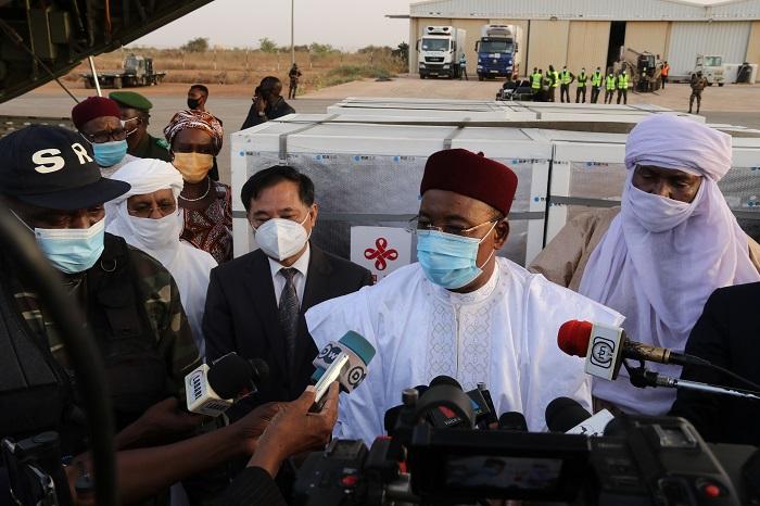 中国援助尼日尔新冠疫苗运抵尼亚美 尼总统到场迎接
