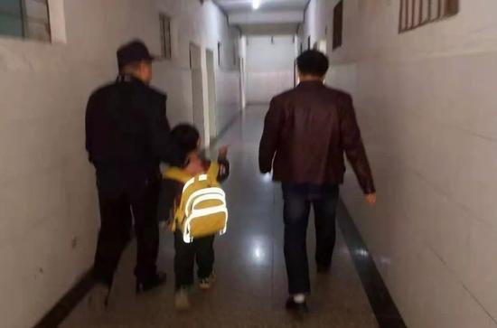 """小男孩没完成作业""""躲""""进派出所,民警辅导完功课送其回学校"""