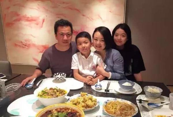 王中磊为13岁儿子庆生,女儿遗传妈妈气质