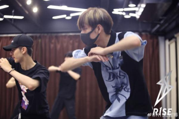 R1SE首晒练习室照:周震南生日都在练舞,新专辑不远了