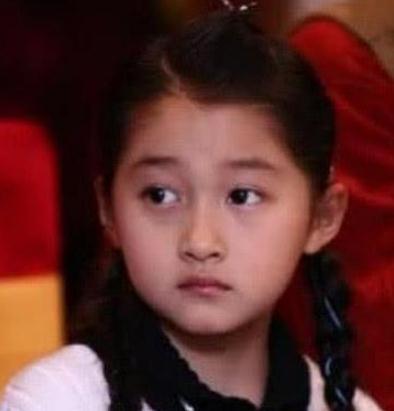 看到明星幼年照片,关晓彤,杨幂我忍了,看到杨紫,忍不住笑了
