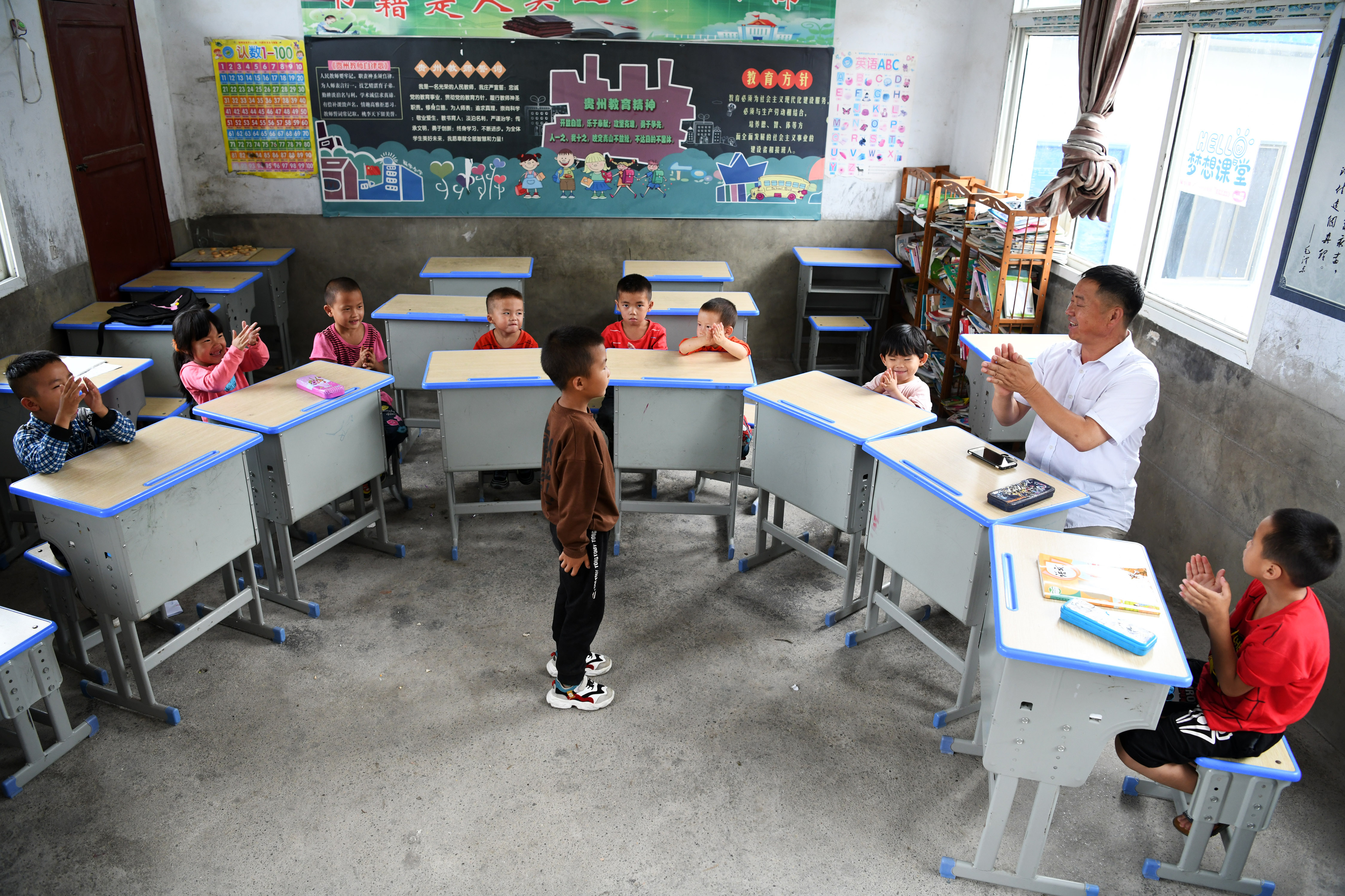 """贵州苗寨""""微小学""""教师的三十六载坚守"""