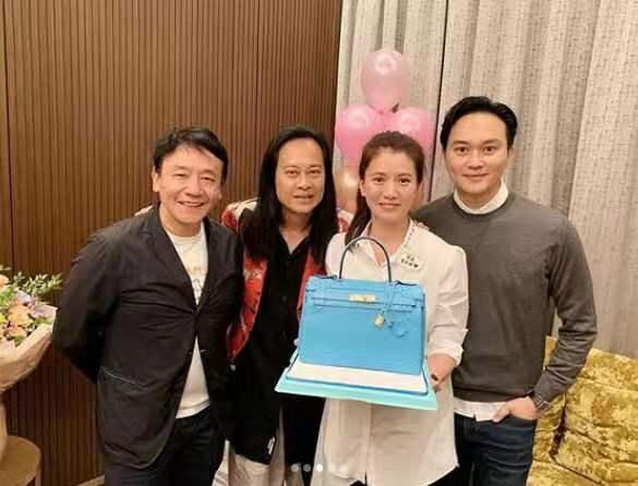 袁咏仪48岁生日,好友集体送包,张智霖发际线高到吓人