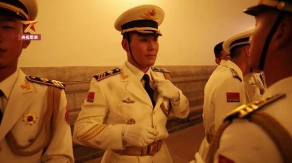 刚参加过国庆阅兵的仪仗队员退伍了,挥泪告别!临别嘱托誓言铮铮