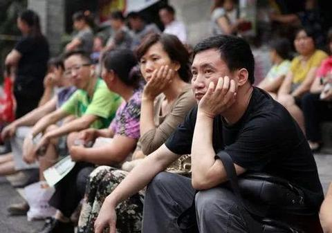 韩国补习班一条街:家长通宵排队报班、学生竞争你死我活