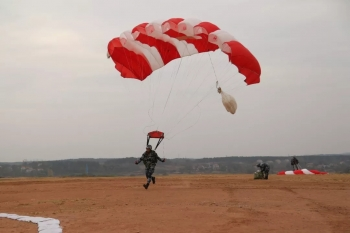 第一视角跳伞视频 带你感受翼伞有多刺激