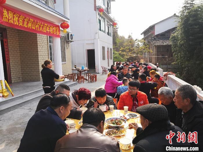四川西充:坝坝宴上话新年 山村旧貌换新颜