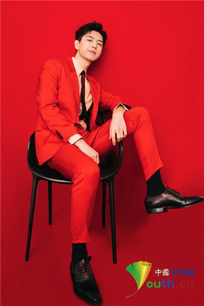 李现穿红色西装寓意美好 潇洒落座展十足男人味
