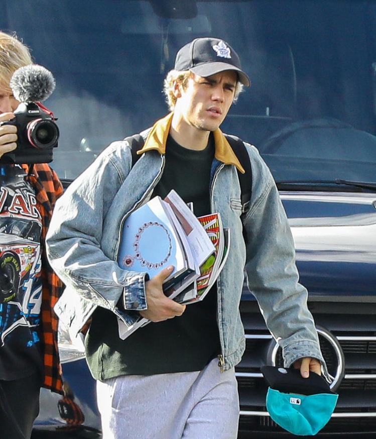 贾斯汀·比伯(Justin Bieber)被太阳晒到皱眉表情纠结