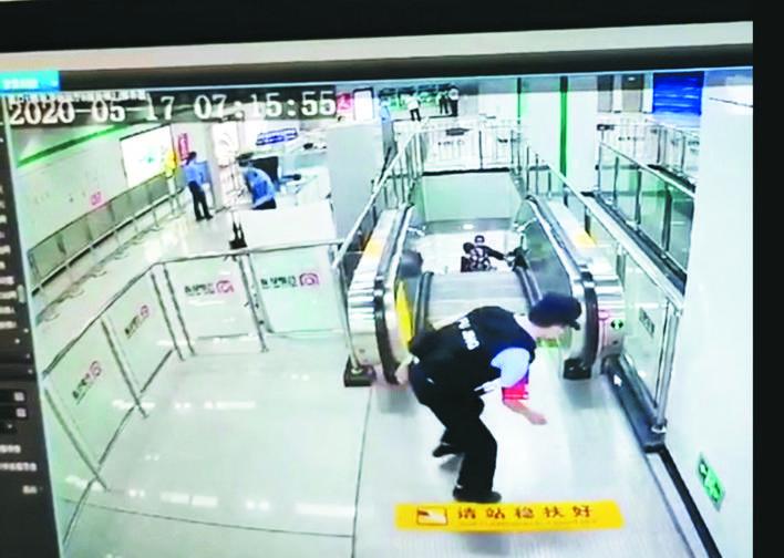 人民日报微信点赞合肥这位辅警 老人使用电扶梯摔倒,他及时跨栏5秒关停电梯