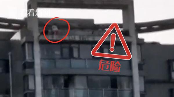 """邻居吓得""""冒汗""""!熊孩子在30层楼顶攀爬跳跃 物业:捡钥匙"""