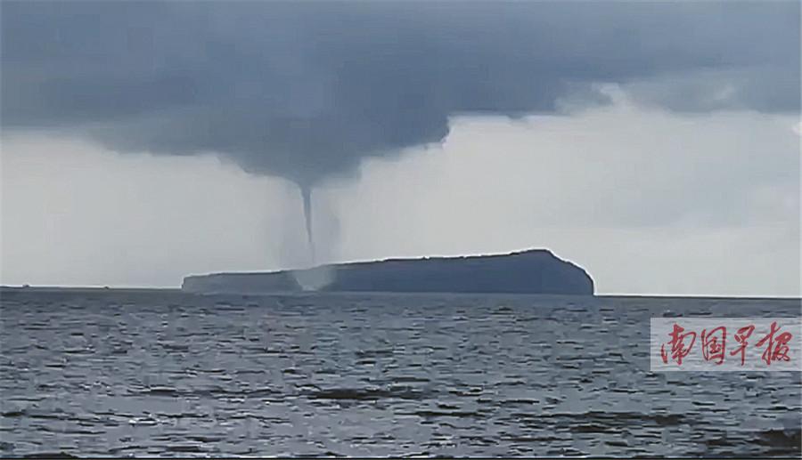 """7月31日焦点图:北海涠洲岛现""""龙吸水""""奇观"""
