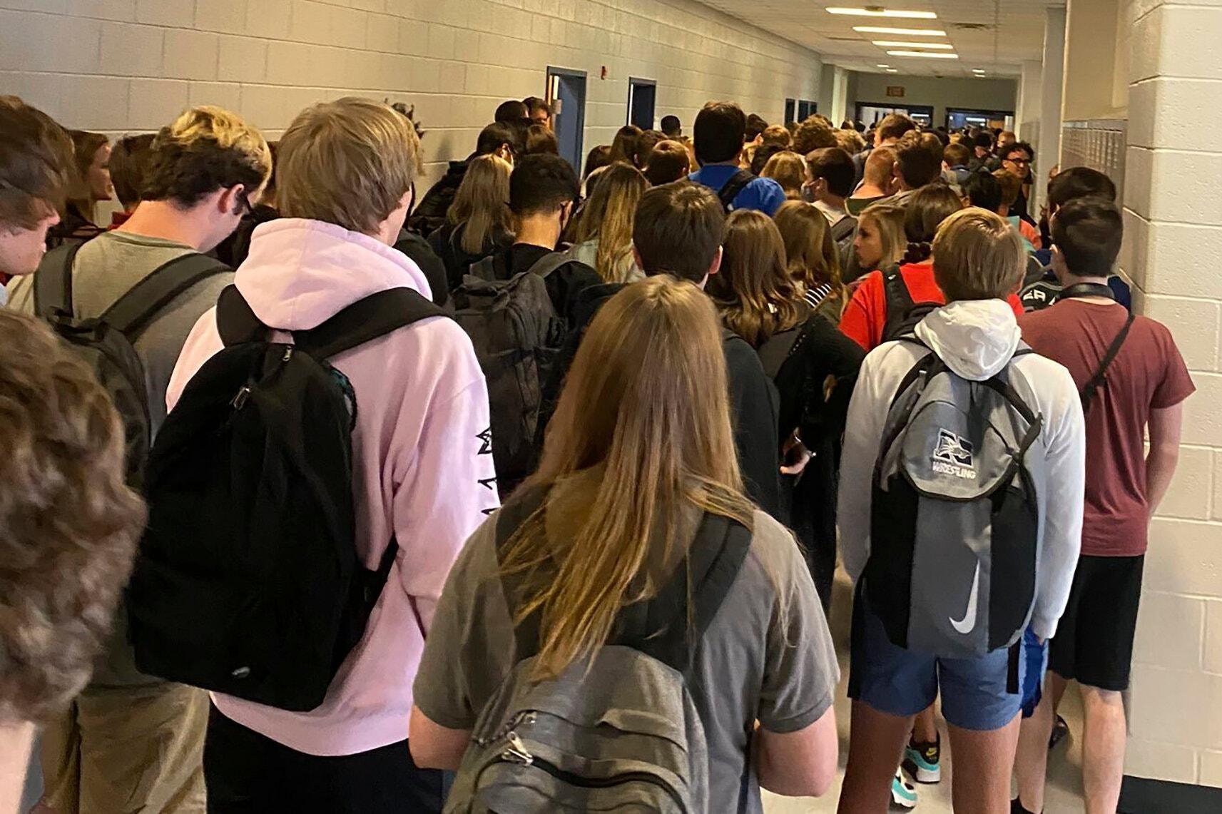 第一批返校的美国中学生:害怕返校 担心隔离 更恐惧被感染
