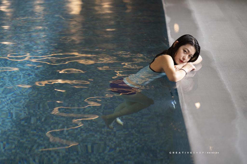 泳池美女写真