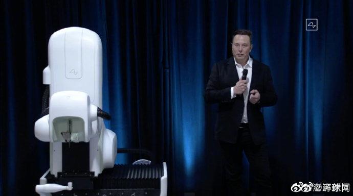 马斯克展示脑机接口新进展:植入猪脑,硬币大小,无线传输