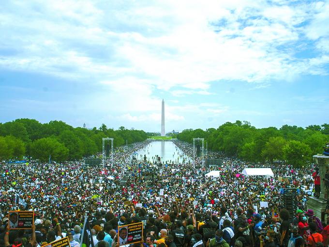 美国民众举行大规模示威,反对种族歧视和暴力执法