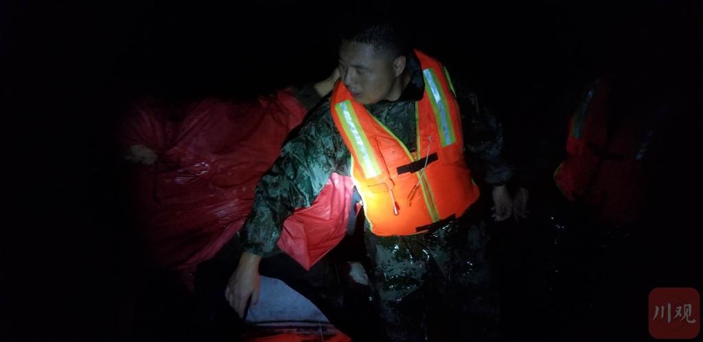 暴雨被困 乐山消防紧急疏散三十余名群众