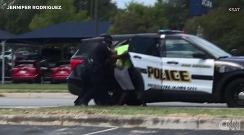 美黑人男子慢跑时被警察盘问还遭电击,事后警察却发现抓错了人