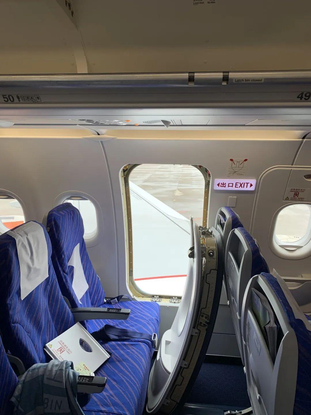 第一次坐飞机,女子误开应急舱门被拘!原因让人哭笑不得……