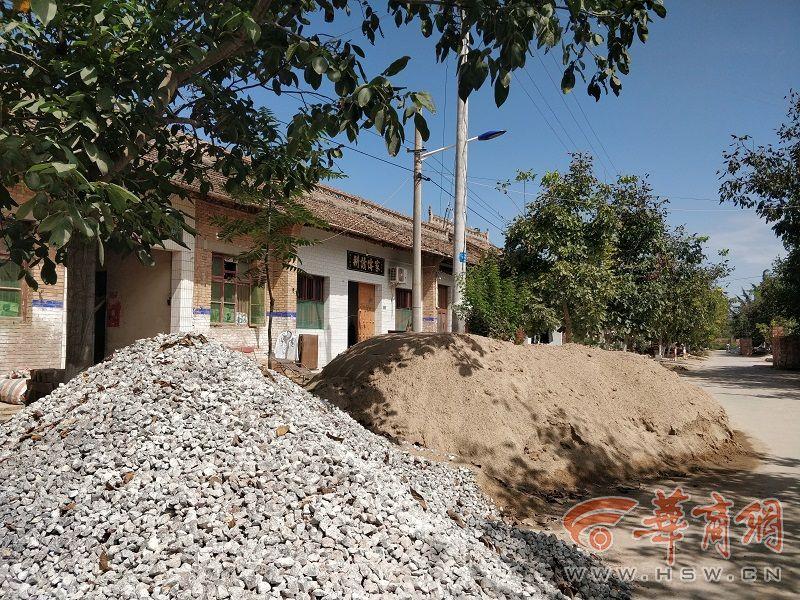 挖好基坑等不来化粪池罐 咸阳乾县厕改停滞村民俩月如厕难
