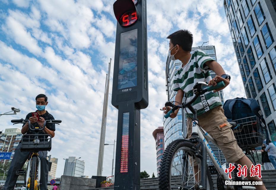 北京街头上线智能交通系统 可抓拍行人闯红灯