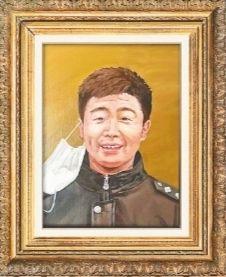 26名大学生执笔绘英雄 50幅油画赠给战疫民警