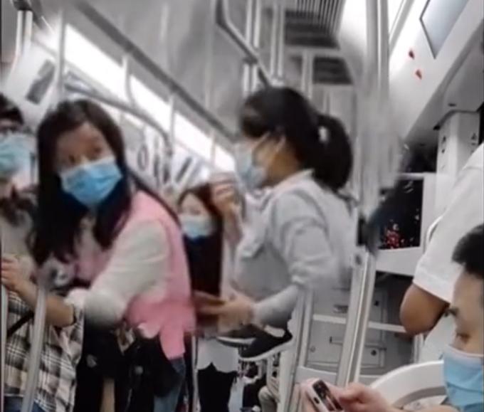 重庆地铁老太坐行李架悠闲晃腿,乘客看懵了