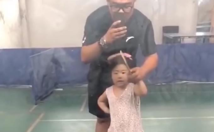 3岁女孩哭着打乒乓仍精准接到,简直就是翻版福原爱,网友笑了