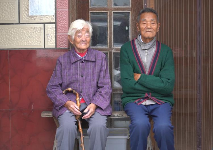54年如一日,95岁老人家中升国旗……