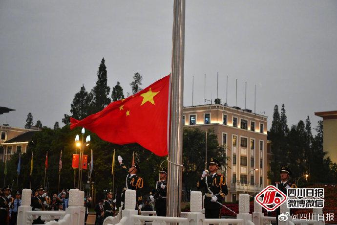 成都天府广场:升国旗迎国庆,祝福祖国华诞
