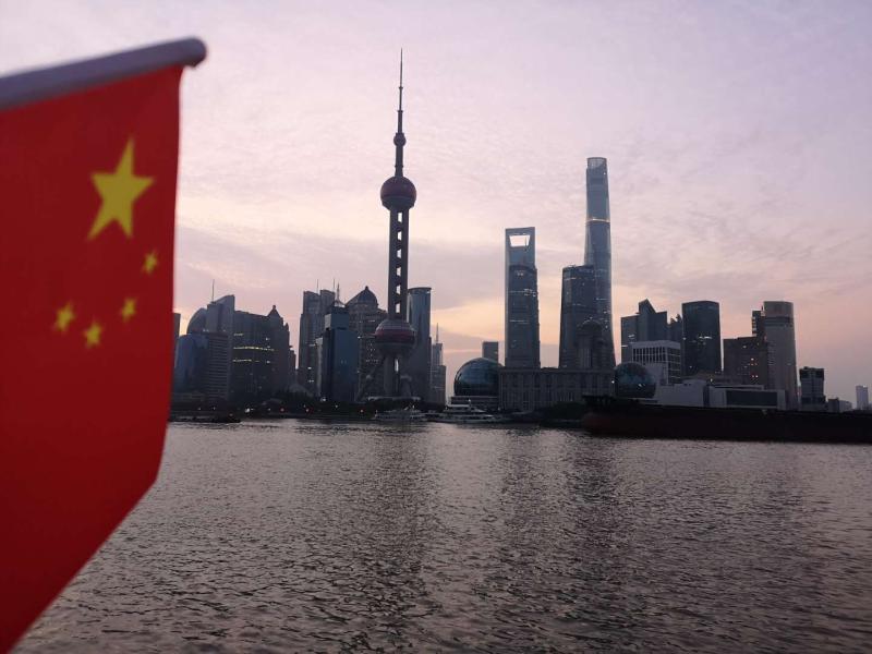 上海这对祖孙俩起个大早,只为用镜头记录下国庆节的第一缕阳光