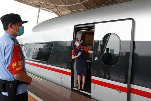 """坐着高铁看中国 迟到的团圆味更浓——四方""""游子""""坐着高铁回武汉过中秋"""