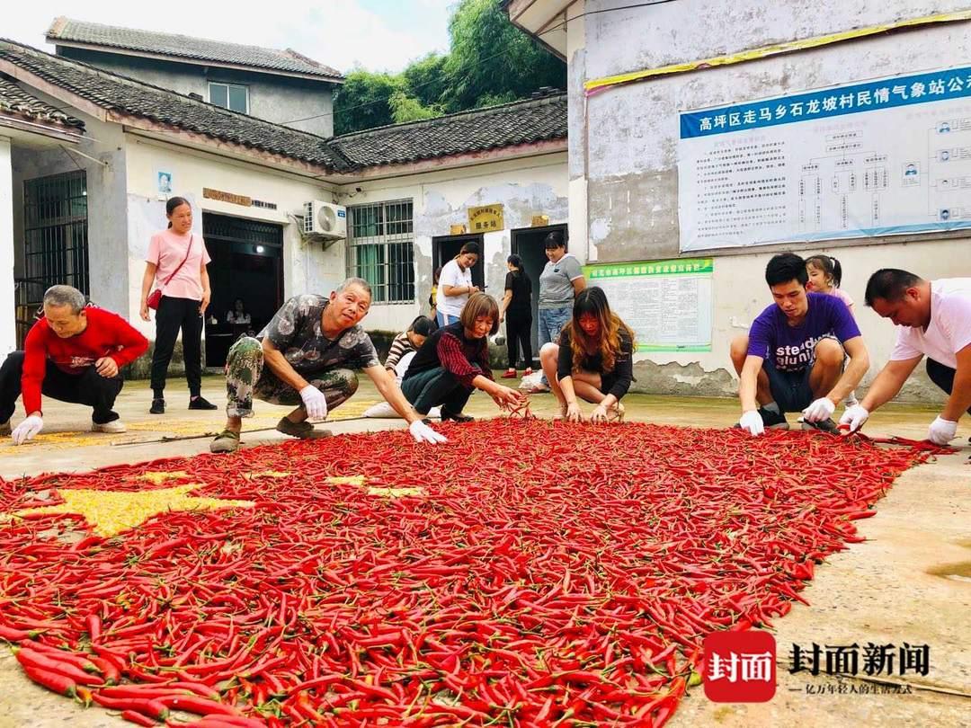 红辣椒玉米拼成五星红旗,丰收成果为祖国送上祝福