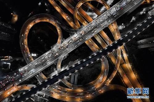 """航拍重庆:把桥修成""""爱你""""的形状"""