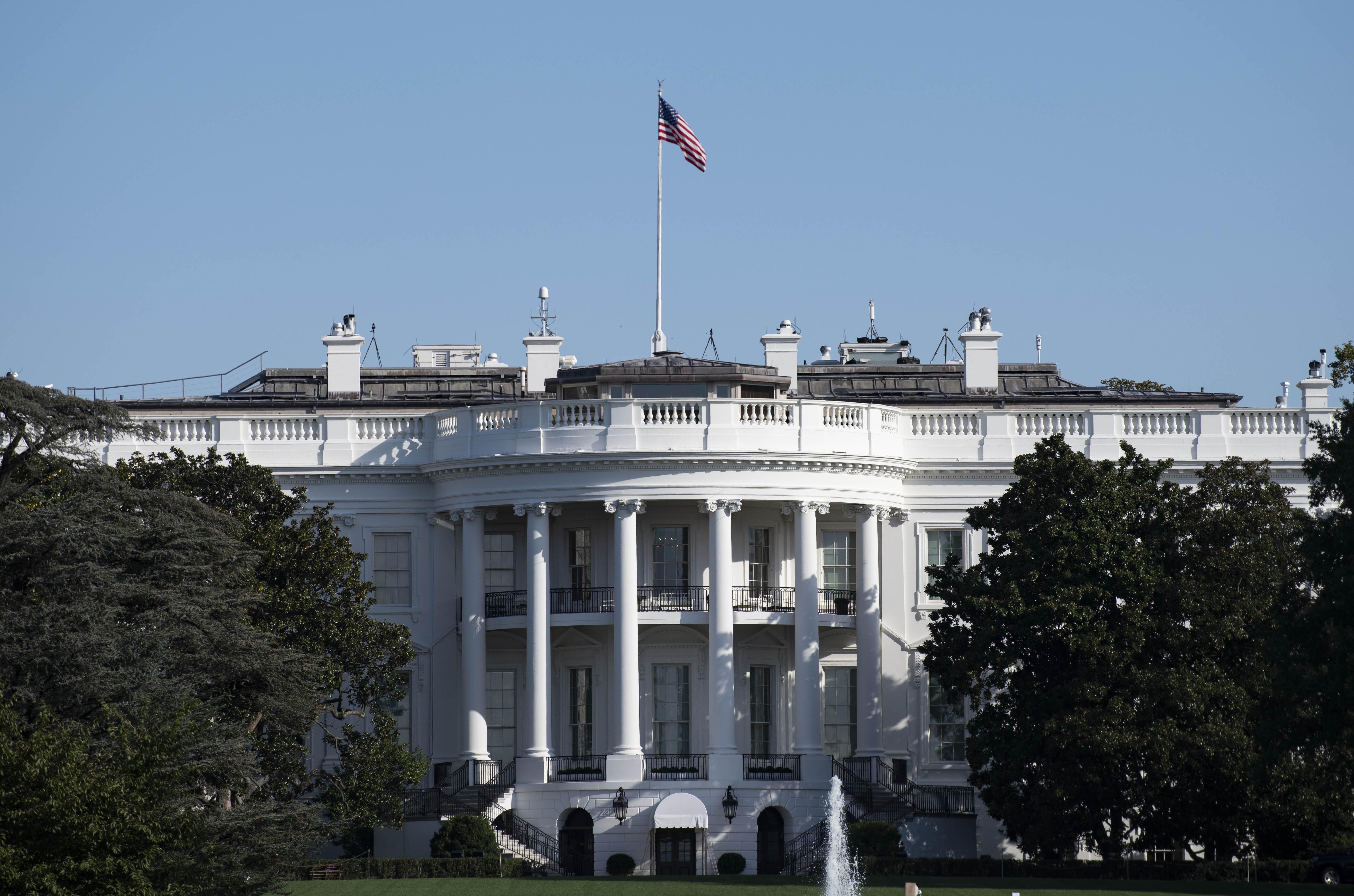 美国总统特朗普被送入医院接受治疗