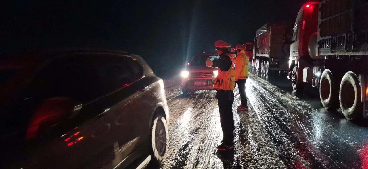 青海500多车上千人被困积雪路段,交警6小时协助全部脱困