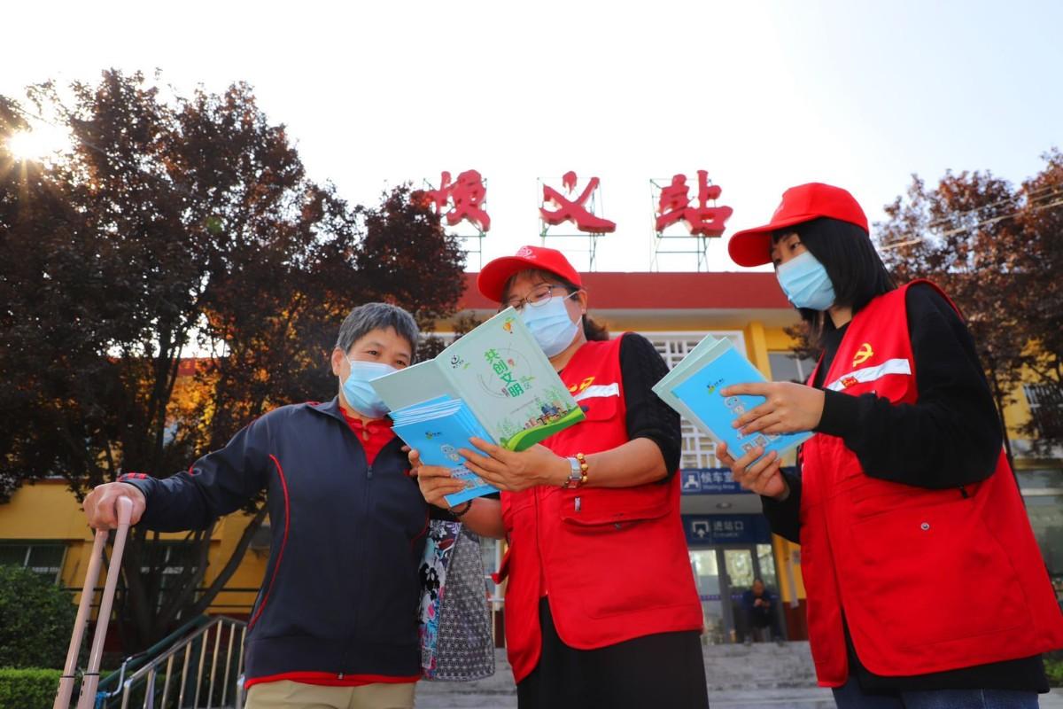 """国庆长假,这里有一群志愿者""""指路人"""",每天值守8小时"""