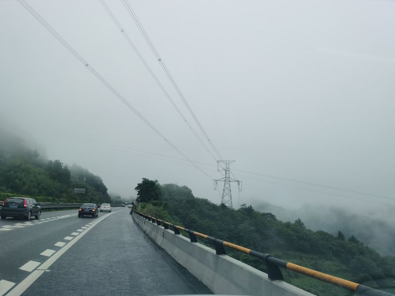 重庆梁平:恐高司机怕开山区高速 报警求助执法人员