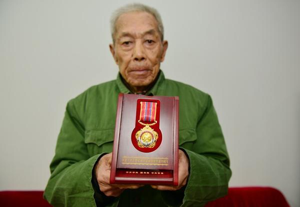 上门送纪念章 致敬抗美援朝老战士