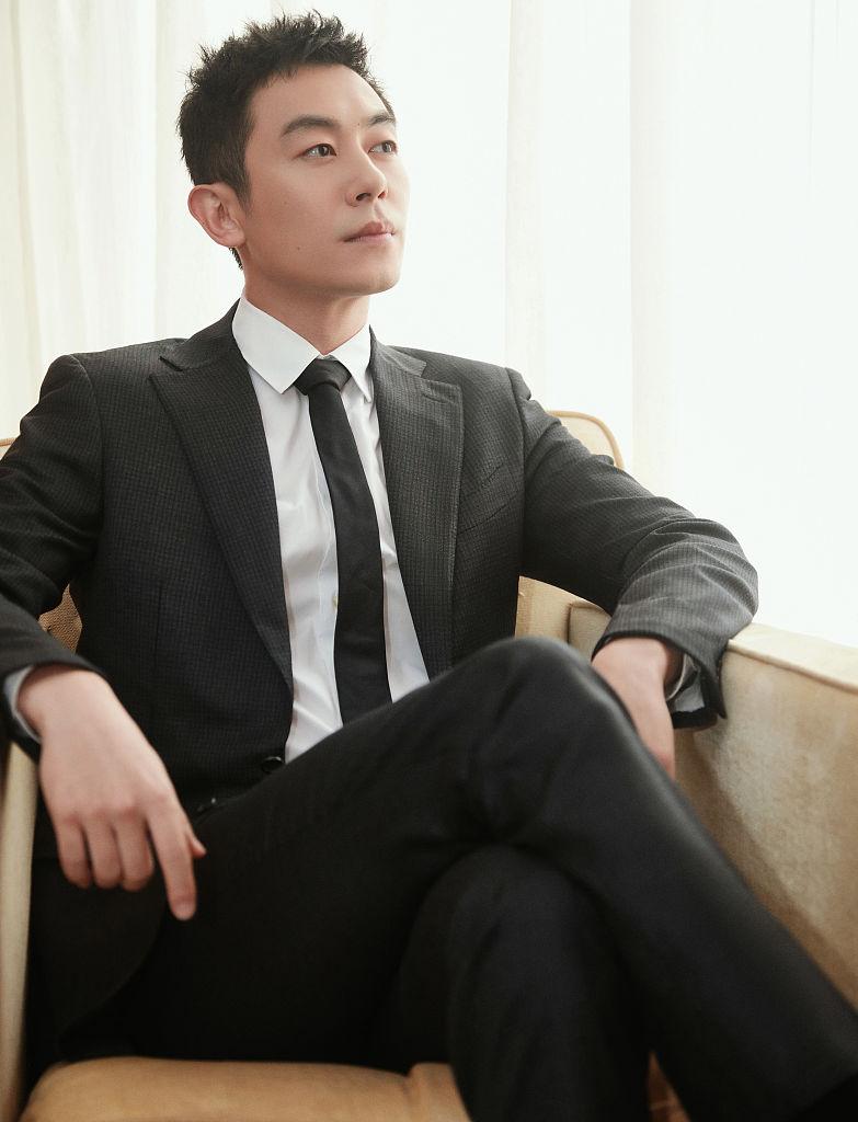 朱亚文文艺晚会深情朗诵致敬英雄 西装写真绅士有型展示成熟魅力
